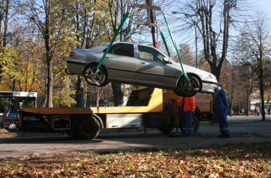 Vienas automobilis nesulaukė vairuotojo ir buvo išvežtas techninės pagalbos automobilio.