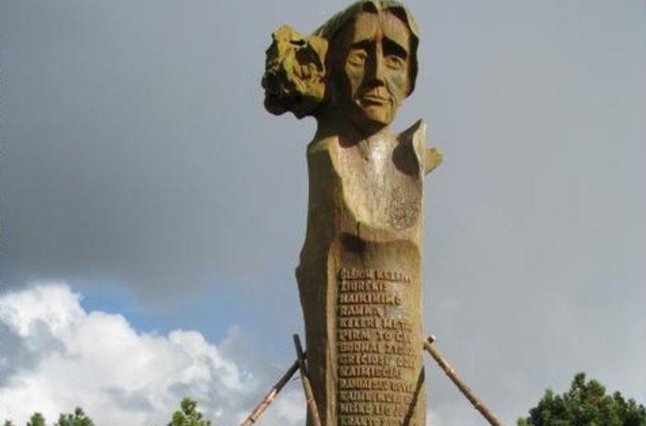 Neringoje atnaujinta skulptūra Liudvikui Rėzai.