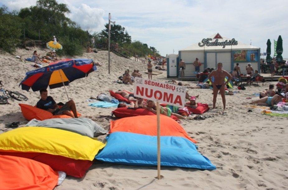 Palangos paplūdimyje poilsiautojai gali išsinuomoti spalvingus sėdmaišius.