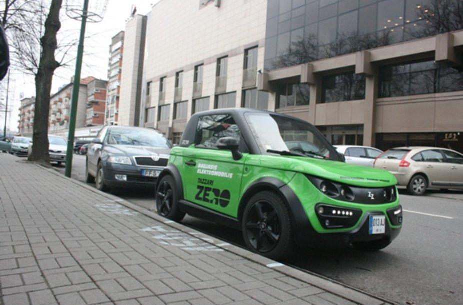 Elektromobilis uostamiesčio gatvėje kol kas atrodo egzotiškai.