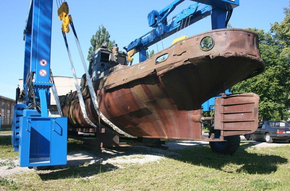 Iš Klaipėdos piliavietės antradienį specialiu kranu išgabentas istorinis laivas.