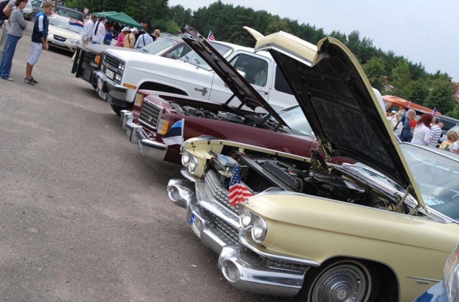 Palangoje rengiamas amerikietiškų automobilių paradas.