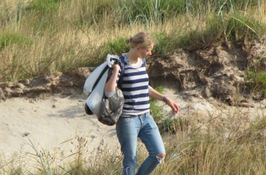 Smiltynės paplūdimyje tyrimo dalyviai nagrinėjo, kokias atliekas poilsiautojai pliažuose palieka dažniausiai.