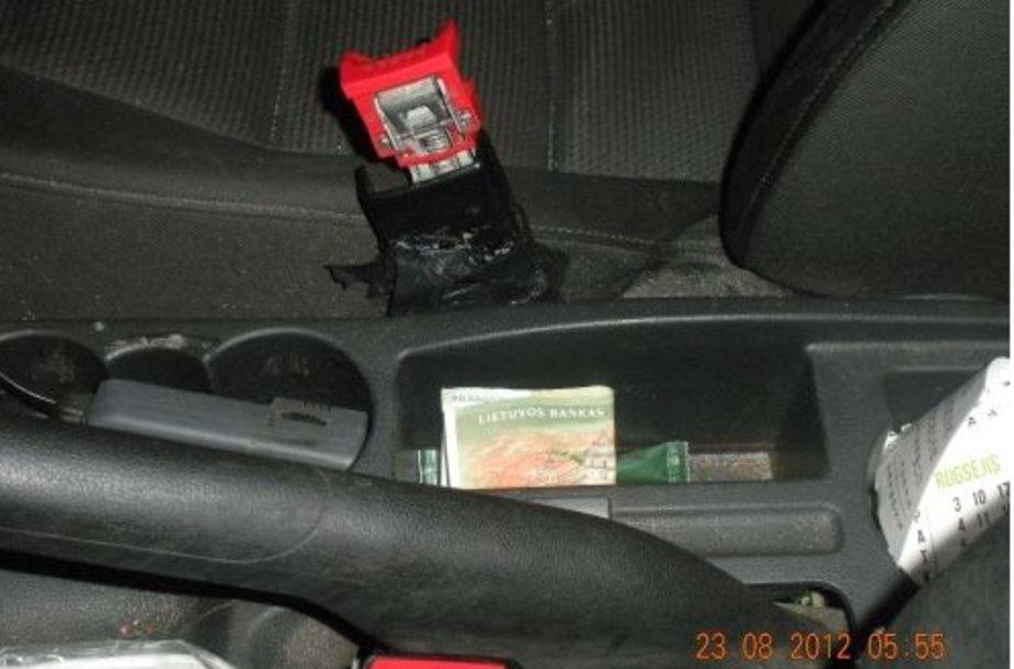 Vairuotojas kupiūrą padėjo prie pavarų svirties.