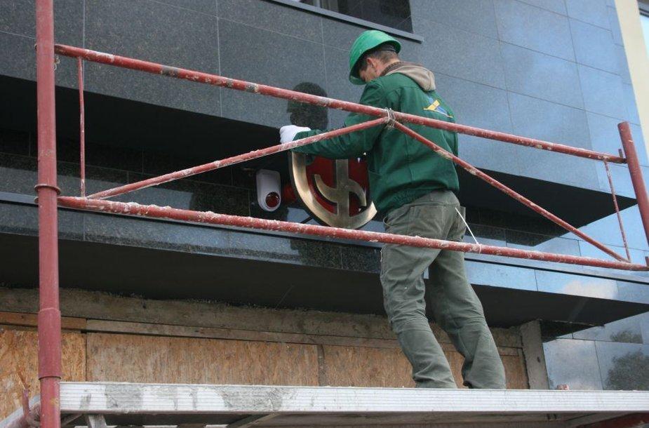 Klaipėdos dramos teatro fasadą jau papuošė senasis bronzinis ženklas.