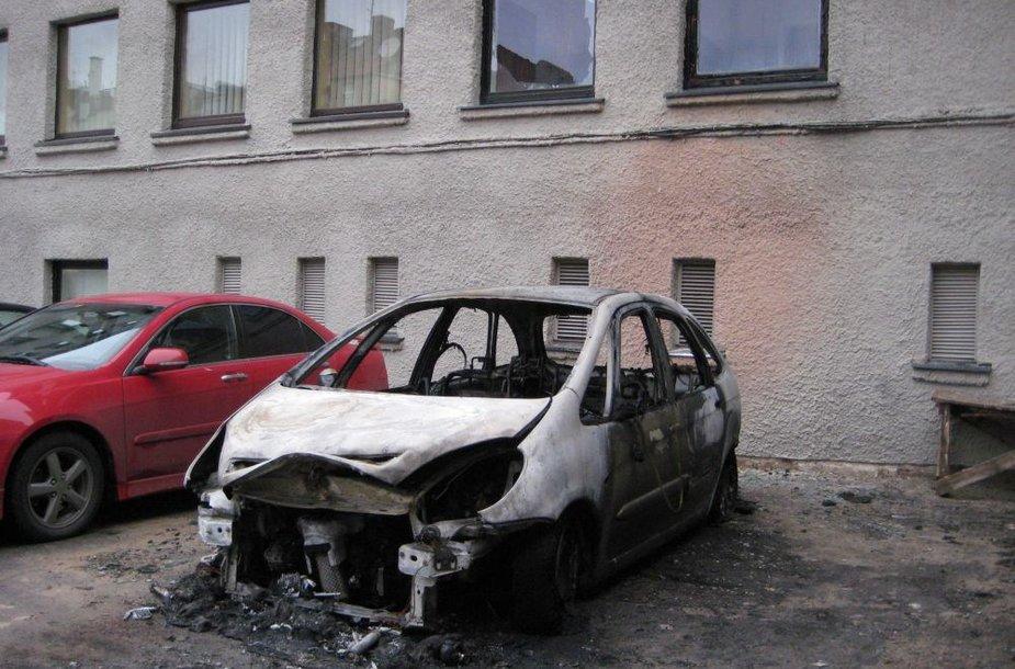Klaipėdoje naktį sudegė mašiną, nuo kilusio gaisro nukentėjo ir teatro pastatas.