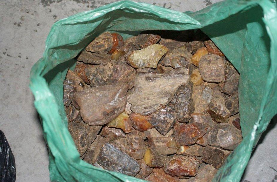 Muitininkai sulaikė nelegaliai gabento ukrainietiško gintaro siuntą.
