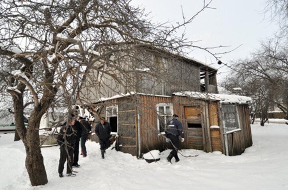 Kaimynystėje gyvenantys žmonės skaičiuoja, kad šiame landyne virtusiame name mirtį bus pasitikę bent dešimt benamių.