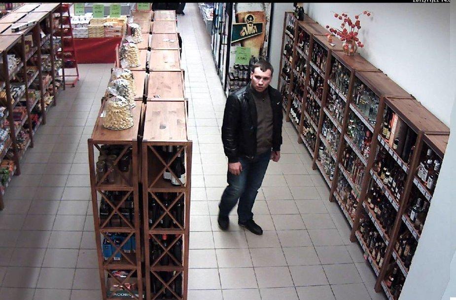 Pareigūnai prašo atpažinti vyrą, įtariamą brangių alkoholinių gėrimų vagyste.