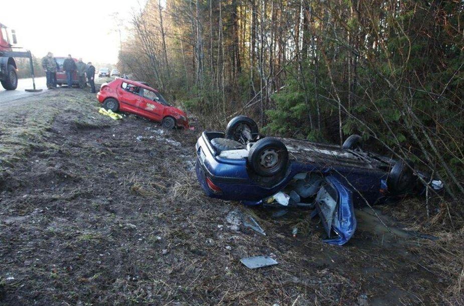 Į Vėžaitynės mišką Klaipėdos rajone nuo kelio nuriedėjo keturi automobiliai.