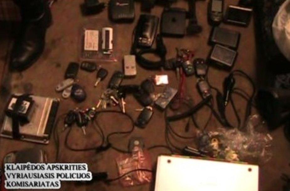 Įtariamieji turėjo sukaupę įvairių priemonių mašinoms vogti.