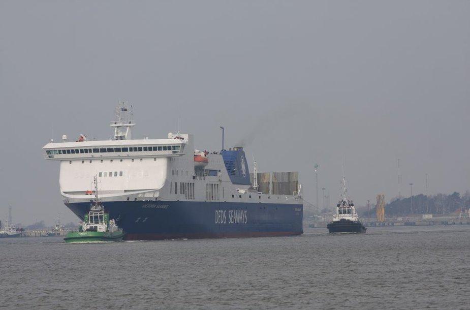 """Keltą """"Victoria Seaways"""" į Klaipėduos uostą įvedė vilkikai."""