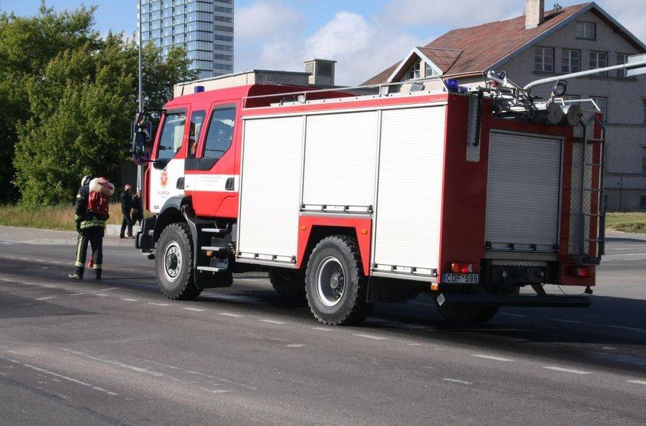 Minijos gatvė Klaipėdoje buvo plaunama specialiu skysčiu.