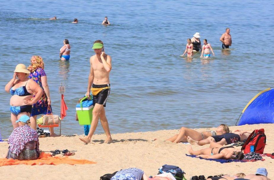 Palangos paplūdimiuose vis dar veši prekyba maistu. Tačiau leidimai šiemet duoti tik prekiautojams vaisvandeniais, ledais.