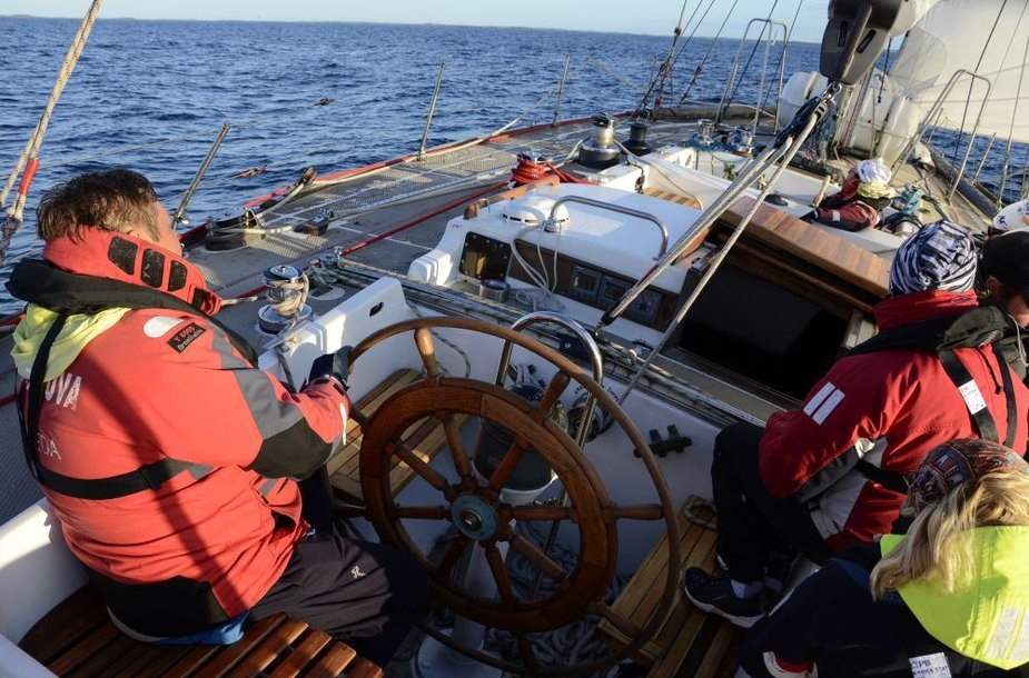"""Mokomoji jachta """"Lietuva"""" varžėsi regatoje su profesionalais."""