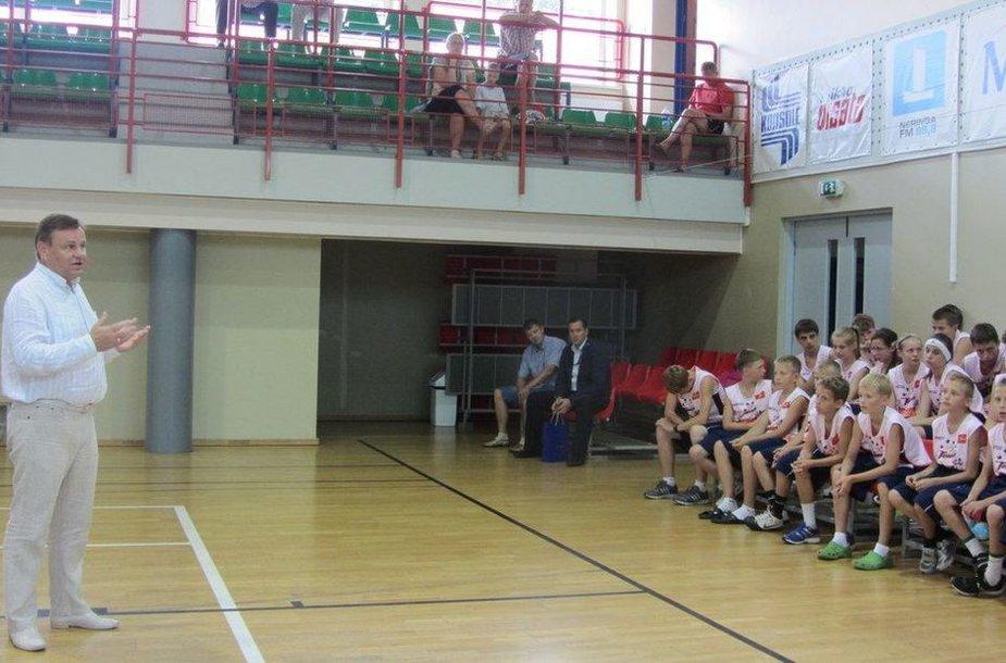 Vydas Gedvilas ėmėsi globoti tarptautinę vaikų krepšinio stovyklą Nidoje.