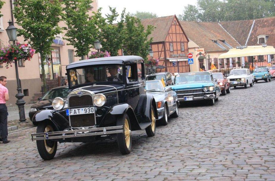 Senoviniai automobiliai leidosi į žygį aplink Lietuvą. Taip bus skelbiama žinia apie Jūros šventę.