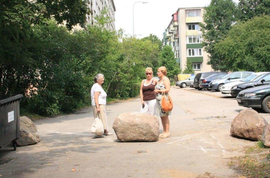Ant keliuko, vedančio į daugiabučių kiemą, vis užverčiami akmenys. Žmonės piktinasi netekę įvažiavimo į kiemą.
