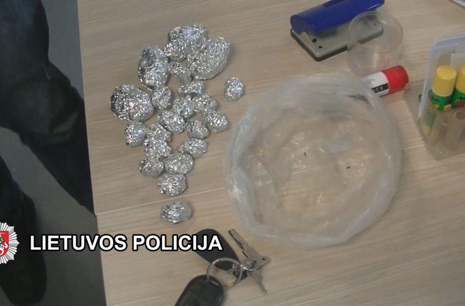 Pas įtariamuosius rasti narkotikai.