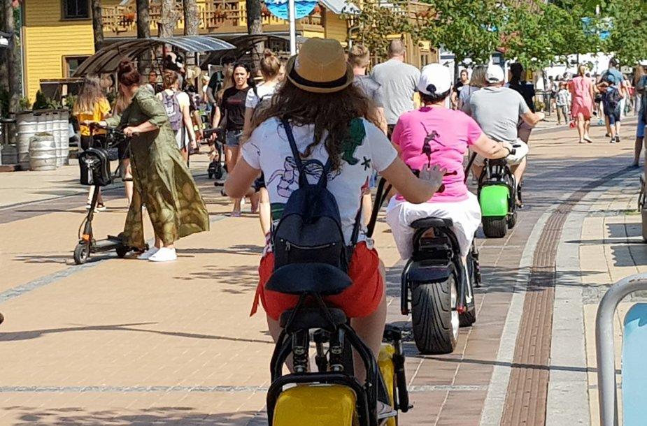 Draudimų važiuoti dviračiu paiso ne visi.