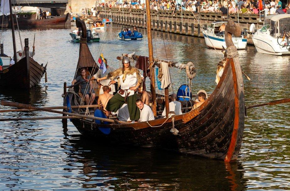 """Tradicinių ir istorinių laivų paradas """"Dangės flotilė"""" pristato  jūrinę Lietuvos kultūrą ir tradicijas."""