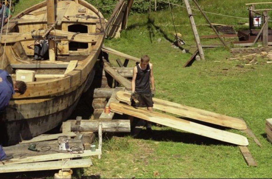 Gaminamas senovinis laivas - kurėnas.