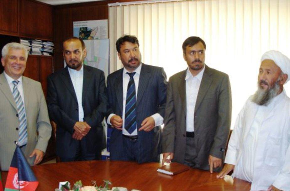 Gubernatorių lydėjo Užsienio reikalų ministerijos pareigūnai.