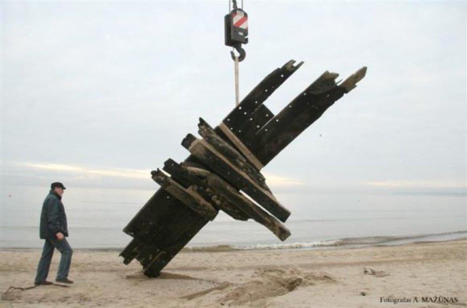 Šimtmečio senumo laivo liekanas į krantą išplovė bangų mūša.
