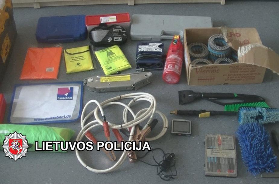 Pas įtariamuosius rasti daiktai, kurie buvo pavogti kartu su automobiliais.