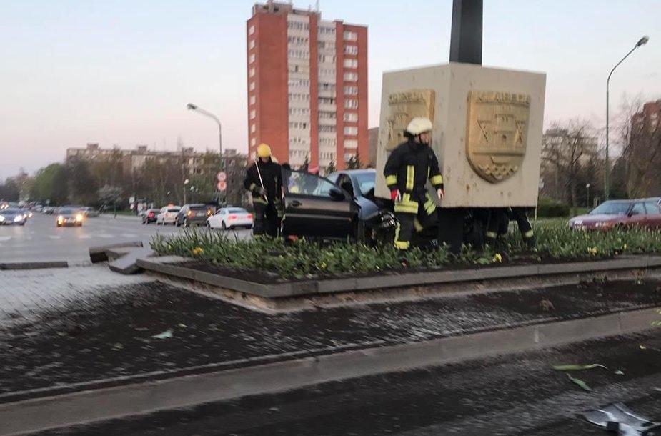 """Dideliu greičiu lėkęs  automobilis """"Opel Vectra"""" atsitrenkė į draugystę su Debreceno miestu simbolizuojantį stulpą skiriamojoje juostoje."""