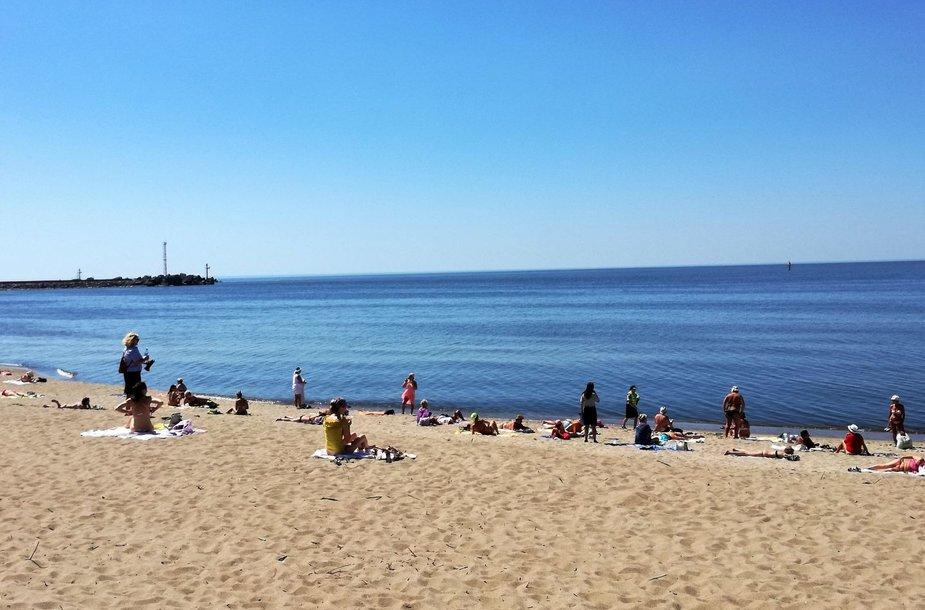 Moterys niekaip neapleidžia anksčiau čia buvusio joms skirto paplūdimio, kuris jau dešimtmetį yra bendrasis paplūdimys.