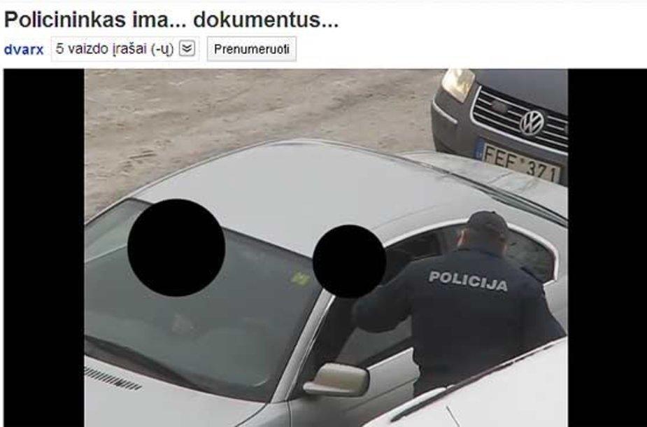 Kadras iš youtube.com  / Policininkas tikrina BMW vairuotojo dokumentus.