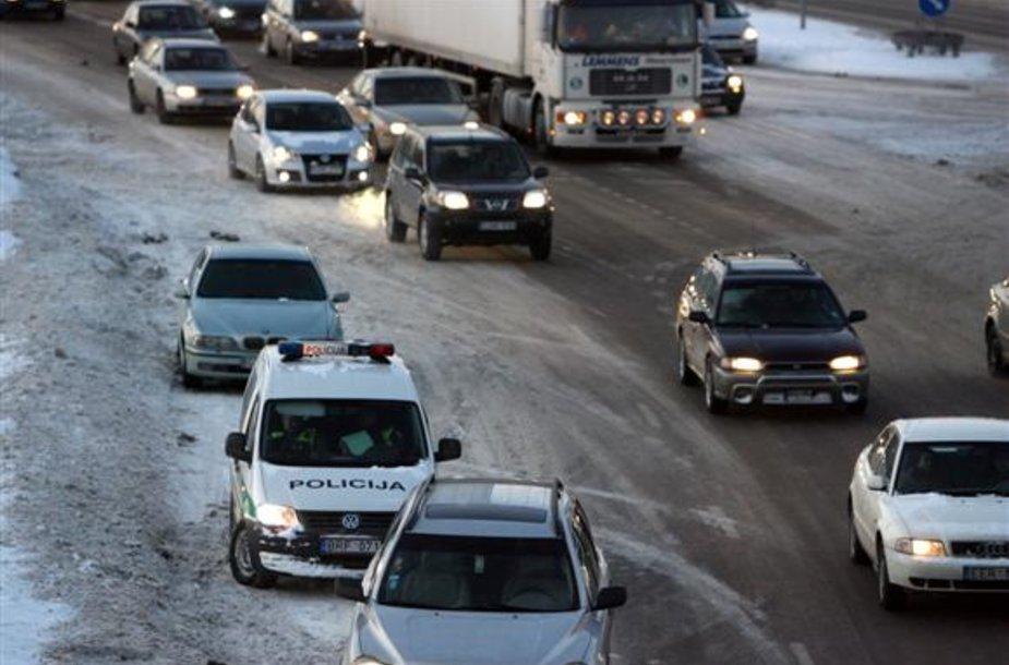 Kelių policijos vadovas A.Tarasevičius užsiminė, jog patruliams susigundžius vėl padirbėti prie šių sankryžų, jiems grėstų tarnybiniai patikrinimai.