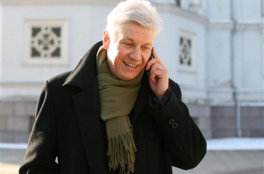 Anot E.Dzežulskio-Duonio, dviprasmišką Savivaldybių tarybų rinkimų įstatymo formuluotę apie mandatų dalybas liekanų metodu galima traktuoti įvairiai.