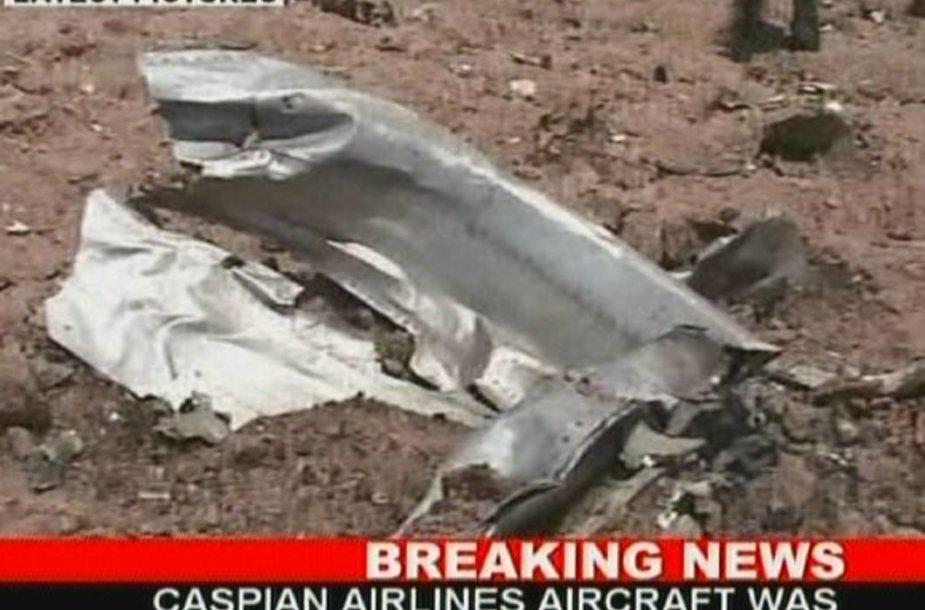 Irane sudužusio lėktuvo nuolaužos