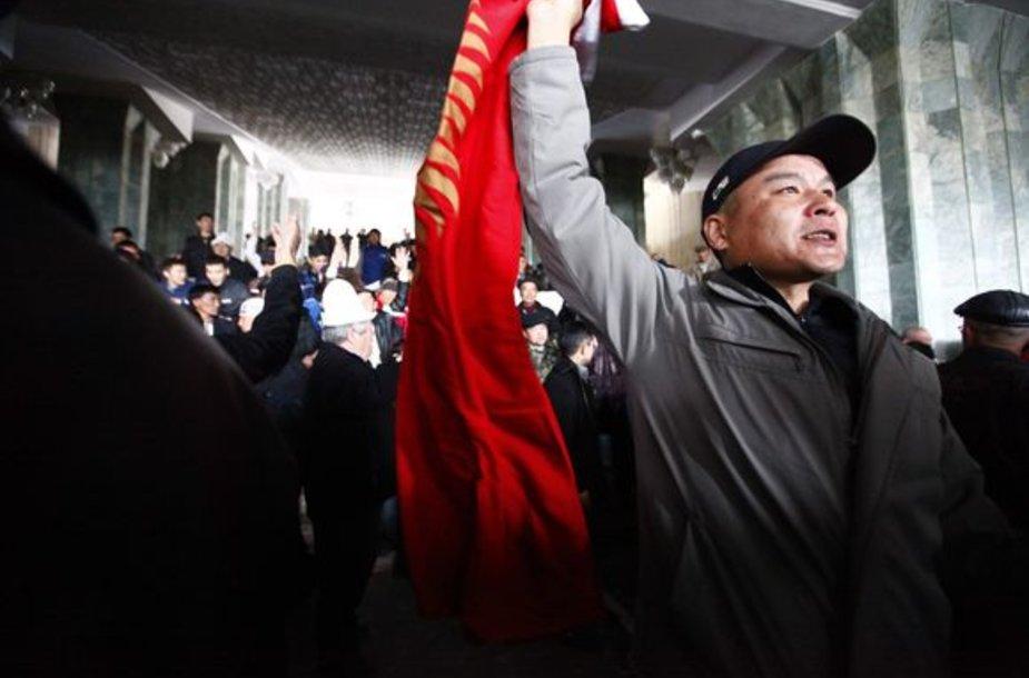 Kirgizijos sostinėje tvyro chaosas