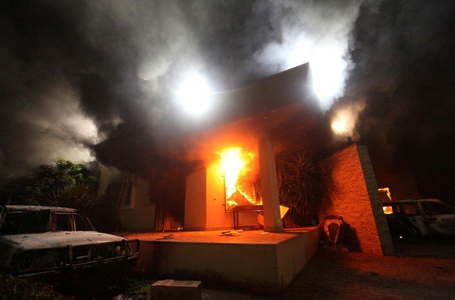 Užpuolikai padegė konsulatą.