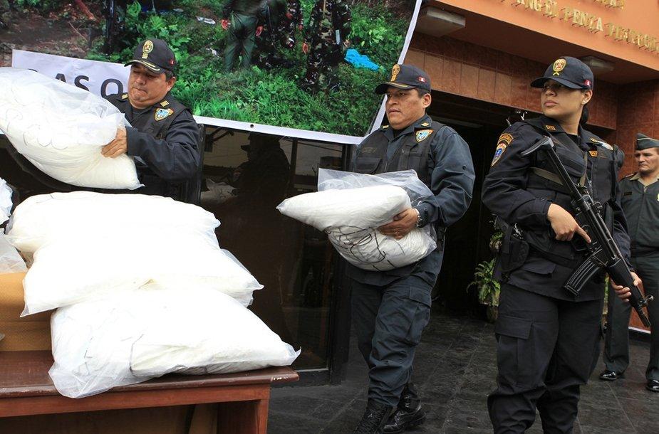 Policija neša apie 850 kg kokaino, kuris buvo aptiktas atokiai džiunglėse.