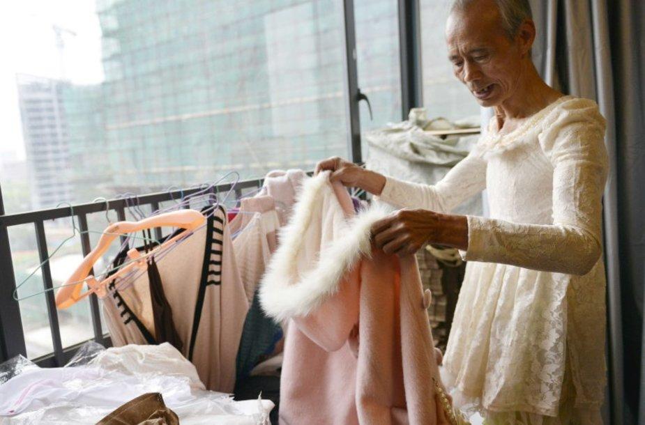 Moteriškais rūbais apsirengęs senukas Kinijoje tapo žvaigžde