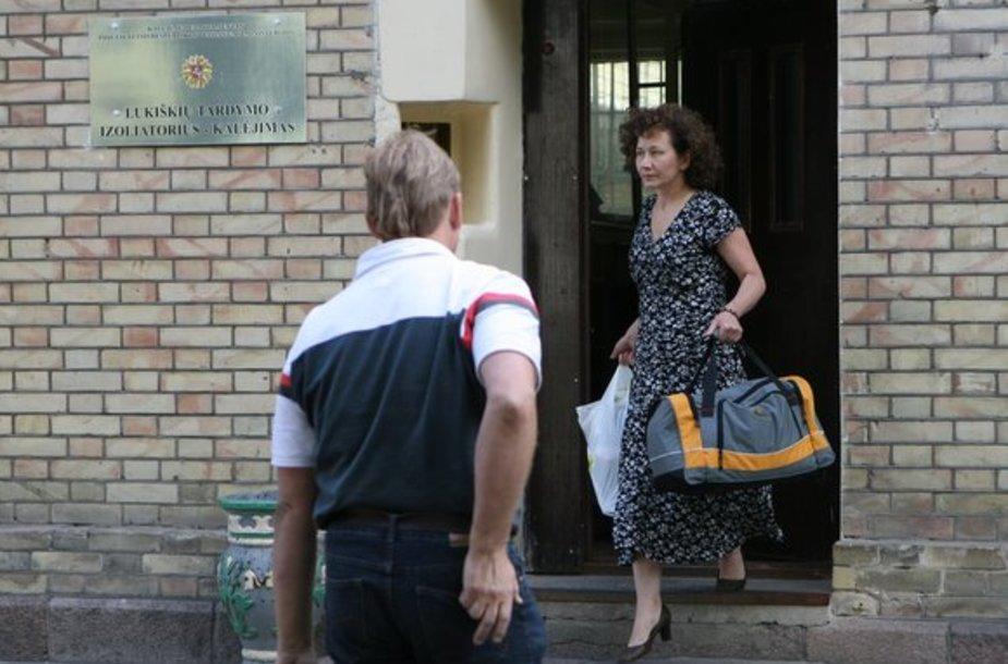 Turto iššvaistymu įtariama Seimo kanceliarijos buhalterė paleista į laisvę