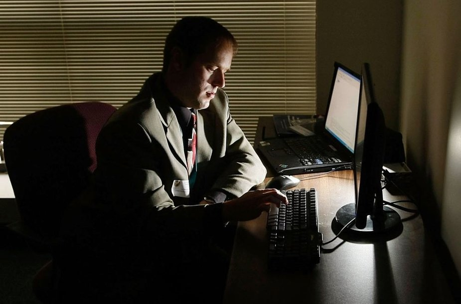 Žmogus dirba su kompiuteriu
