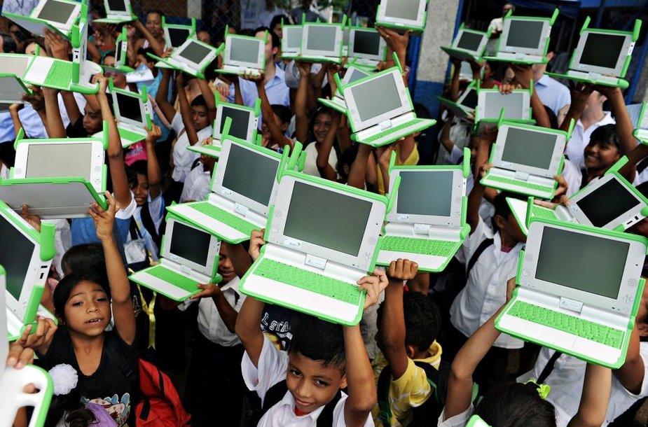 Nikaragvos vaikai su OLPC išdalintais kompiuteriais.