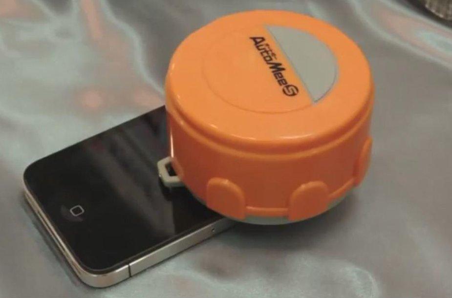 """Išmaniųjų telefonų ir planšetinių kompiuterių ekranus valantis robotas """"Automee-S""""."""