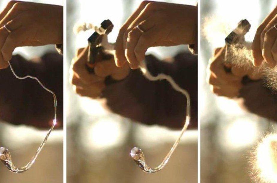 Neįprastų stiklo gijų, kurios vadinamos Princo Ruperto lašais, storesnį galą galima trankyti plaktuku ir jis nė neįskils, bet kitą pusę užtenka įskelti ir šis stiklo dirbinys sprogsta.