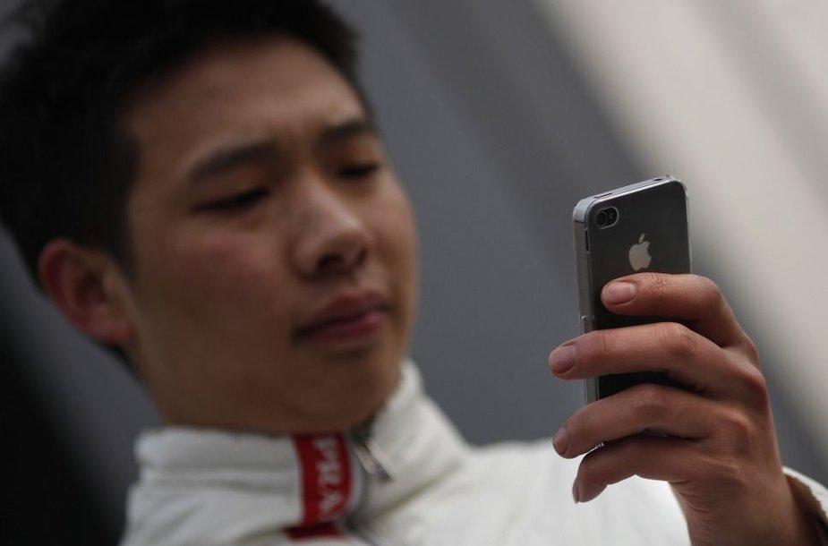 """Žmogus naudojasi telefonu """"iPhone"""""""