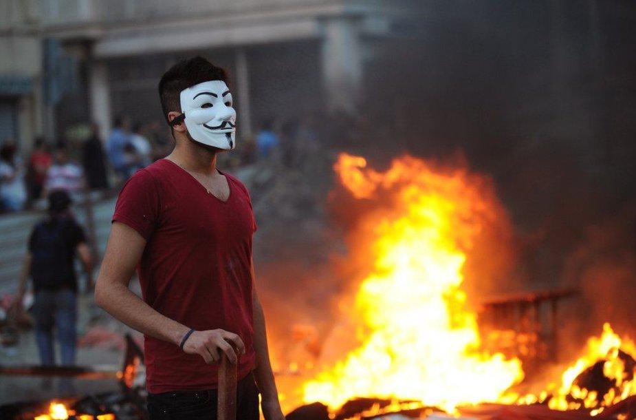 """Protestuotojas Turkijoje dėvi """"Anonymous"""" judėjimo simbolį – Gajaus Fokso kaukę iš filmo """"V – tai Vendeta"""""""