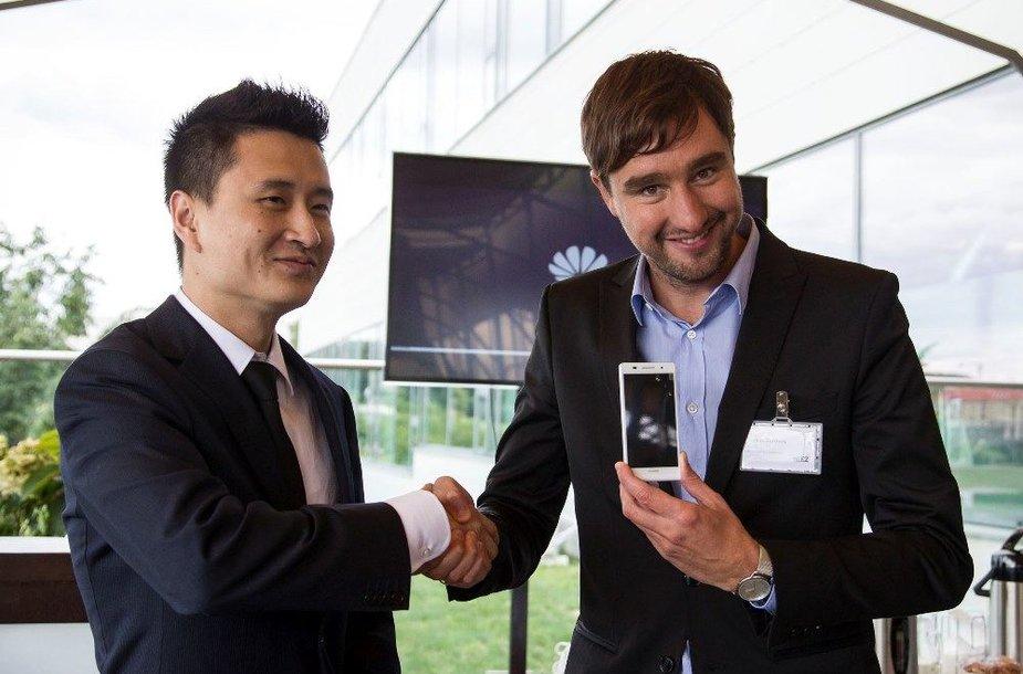 """Ploniausio pasaulyje išmaniojo telefono """"Huawei Ascend P6"""" pristatymo Lietuvoje akimirka"""