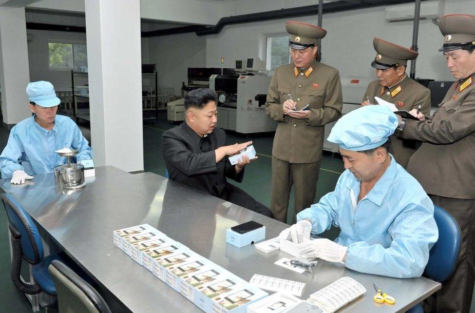 Šiaurės Korėjos lyderis Kim Jong Unas lankosi vietinėje išmaniųjų telefonų gamykloje
