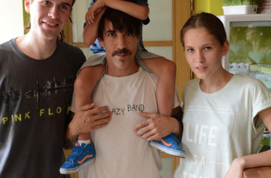 Anthony Kiedis (centre) su sūnumi Everly Bearu žalio maisto bare Vilniuje