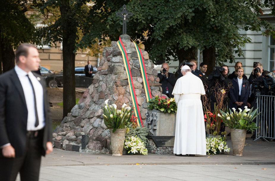 Popiežius laukiamas prie Okupacijų ir laisvės kovų muziejuje